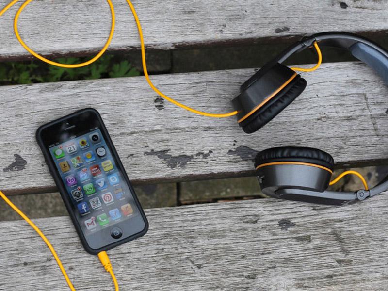 müzik-dinleyince-telefonu-şarj-eden-kulaklık-on-beat